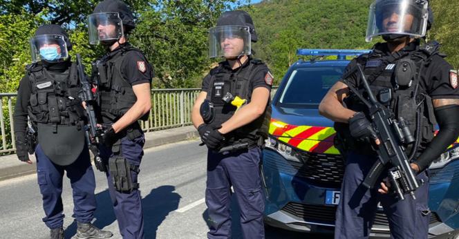Un bărbat înarmat este căutat în Franța după ce a tras asupra unor jandarmi. Localnicilor li s-a cerut să nu iasă din case
