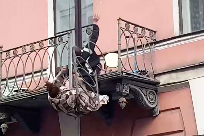 VIDEO. Momentul în care doi tineri cad de la balconul apartamentului, după ce s-a rupt balustrada