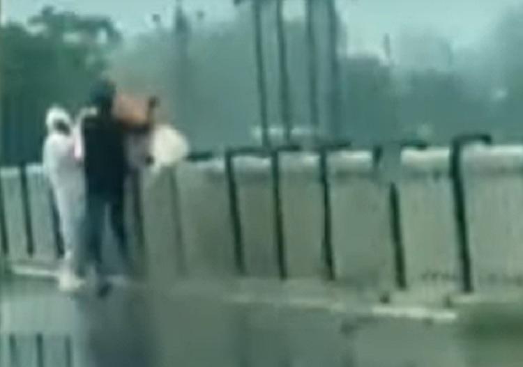 VIDEO. Cadavrul unei persoane decedate de Covid-19 a fost aruncat într-un râu din India