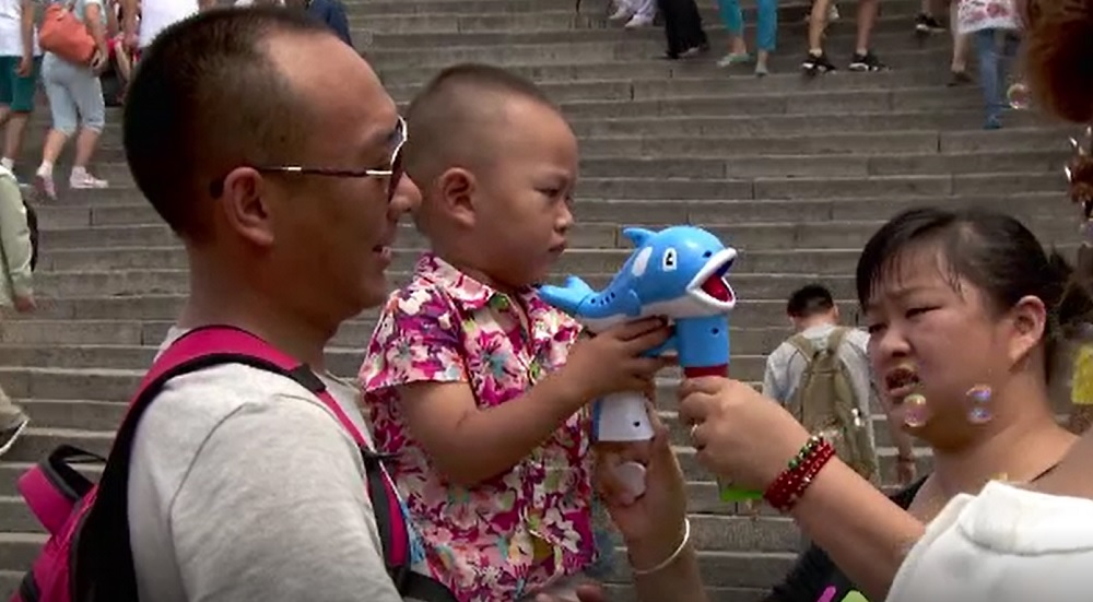 China va permite cuplurilor să aibă trei copii, după ce rata natalității a scăzut dramatic