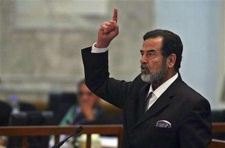 Apariție revoltătoare la Londra, în memoria dictatorului Saddam Hussein