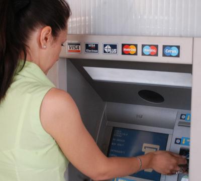 Atentie la cardurile de credit pentru plata facturilor! Au dobanzi duble