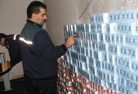 Un sarb si-a burdusit masina cu peste 2.600 de pachete de tigari, insa politistii