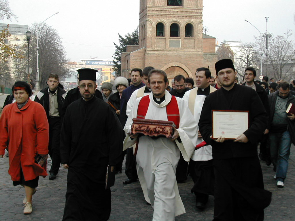 Pelerinaj la Sibiu! Credinciosii s-au inchinat la moaste aduse din Grecia