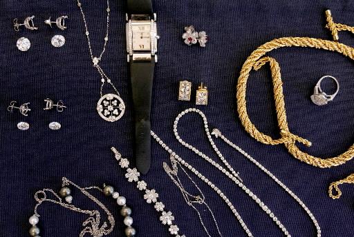 Doua hoate de bijuterii, prinse de un politist aflat in timpul liber
