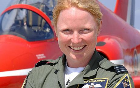 Prima femeie admisa in Red Arrows, celebra formatie de acrobatii aeriene