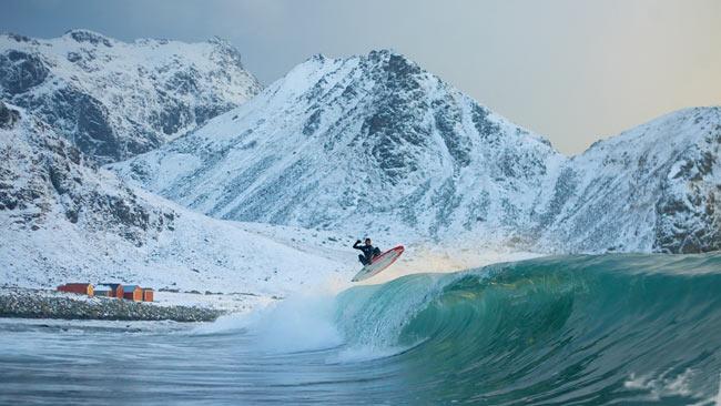 Imagini spectaculoase! Face surf la Cercul Polar!