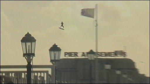 Imagini de-a dreptul incredibile! Doi surferi s-au inaltat 30 metri in aer