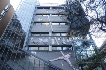Un penis gigant pe o cladire din Berlin!