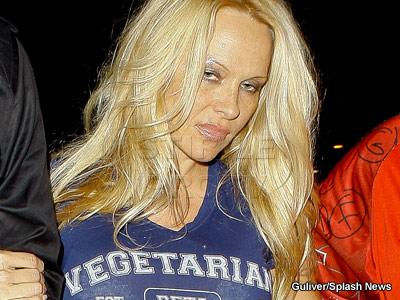 Dublu soc: Pamela Anderson circula cu trenul si a fost hartuita