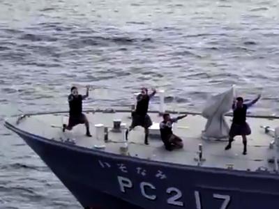 Soldatii pazei de coasta a Japoniei, dans sincron imbracati in majorete!