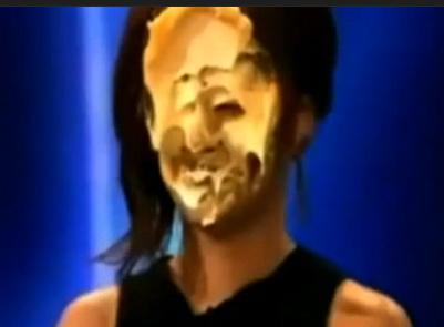Ca in Stan si Bran! Cheryl Cole si-a luat o placinta in fata! VIDEO