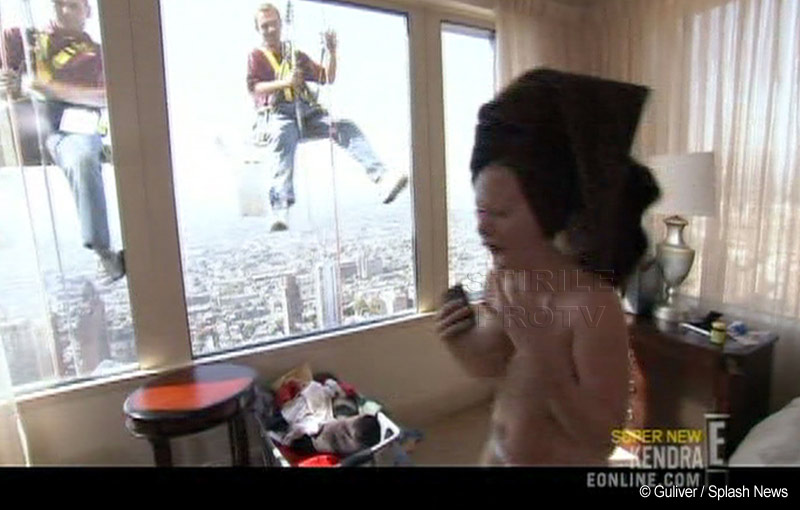 Iepurasul Kendra Wilkinson, goala in fata oamenilor de serviciu! FOTO