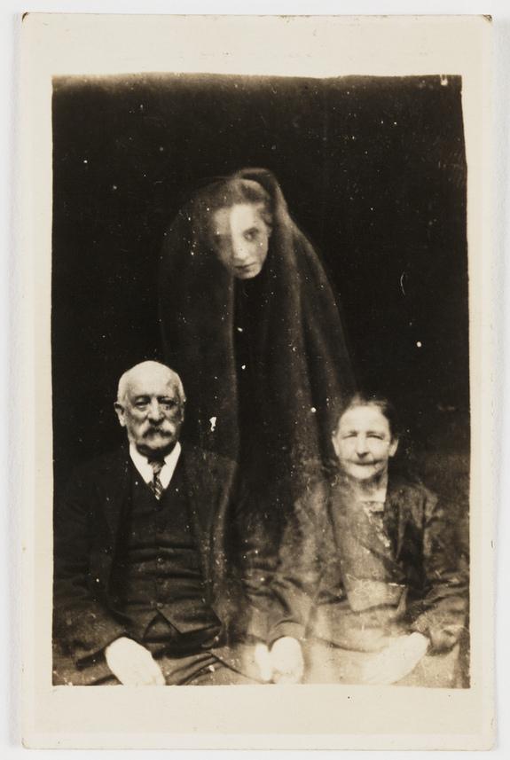 FOTO. Cum erau trucate fotografiile cu fantome, folosind