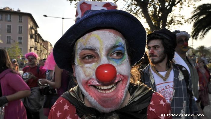 Protestatarii de la summitul G20 s-au dezbracat, ca sa arate ca politicienii iau si camasa de pe ei