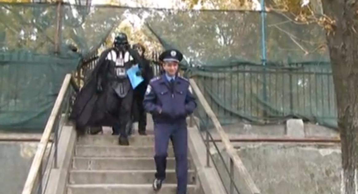 Primaria din Odessa ia in serios cererea unui barbat imbracat in Darth Vader. Vrea teren pentru nava
