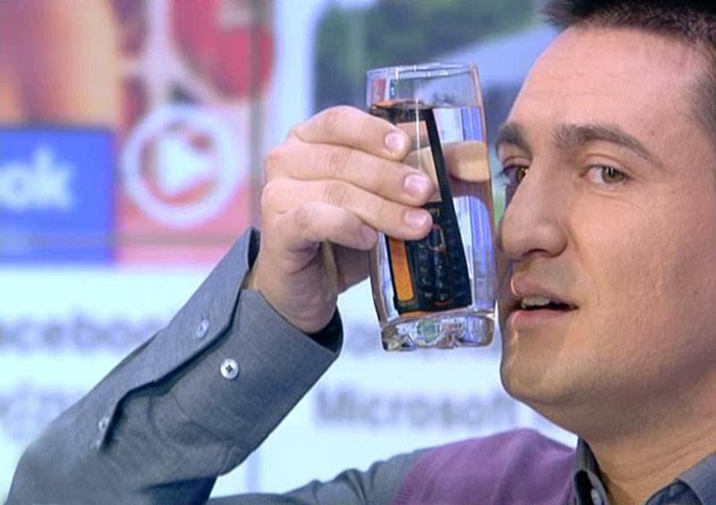 iLike IT: Soc si apa! Cum poti da apeluri de pe un telefon scufundat intr-un pahar