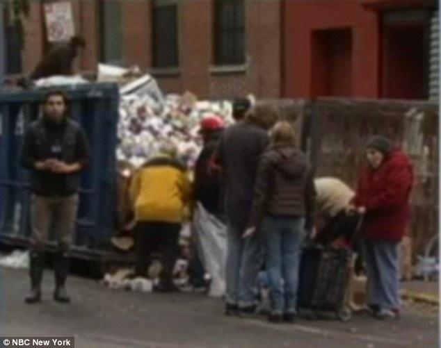 Imaginea care surprinde cel mai bine haosul creat de uraganul Sandy. Oamenii cauta mancare in gunoi