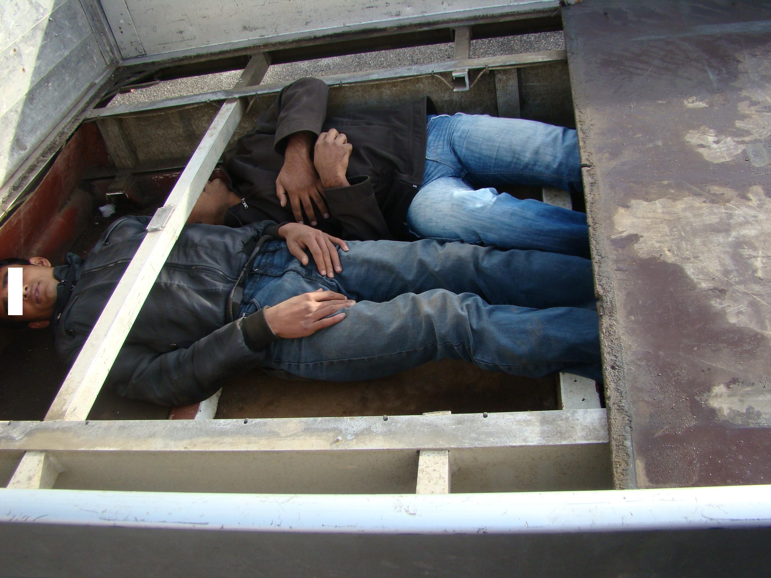 Zece pakistanezi au stat ca in conserve sub platformele a doua camioane pentru a iesi din tara
