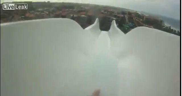 Cel mai inalt tobogan cu apa din lume. Cum este sa parcurgi 14 etaje in 4 secunde. VIDEO