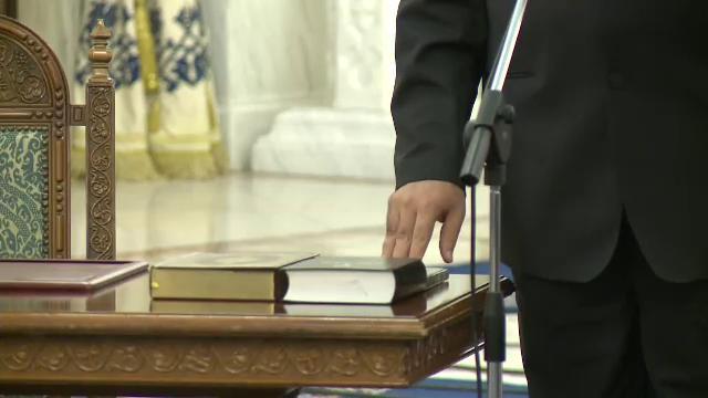 Basescu i-a adus Biblia si Coranul lui Arafat la investitura: