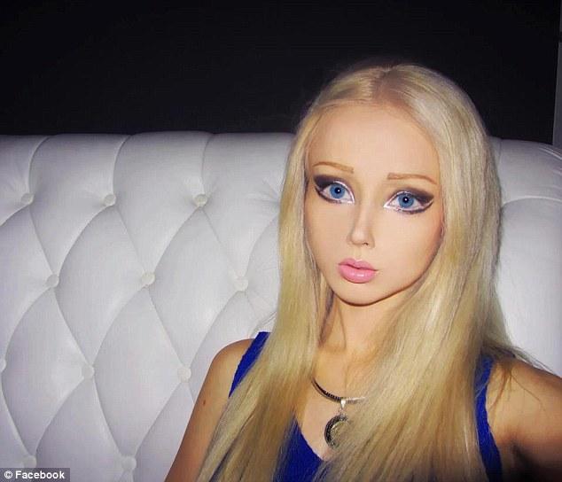Femeia Barbie, mai bizara ca niciodata. Cum arata cu barba de 1m si trupul acoperit de gandaci