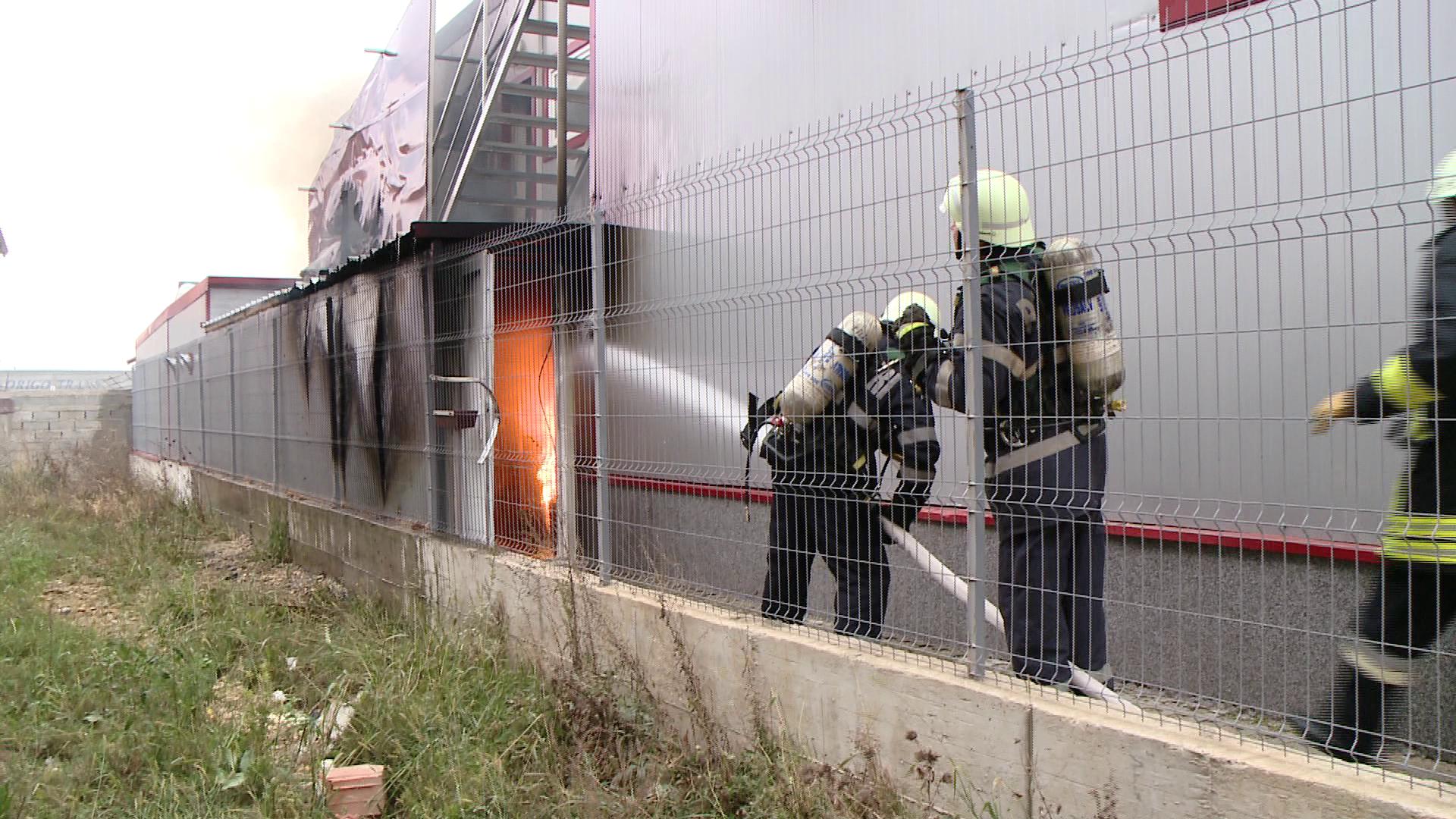 Incendiu la un service auto. Trei angajati s-au intoxicat cu fum, iar unul a facut atac de panica