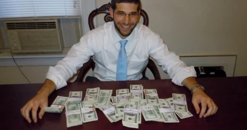 O lectie de cinste. Un rabin a returnat 98.000 de dolari gasiti intr-un birou, cumparat de pe net