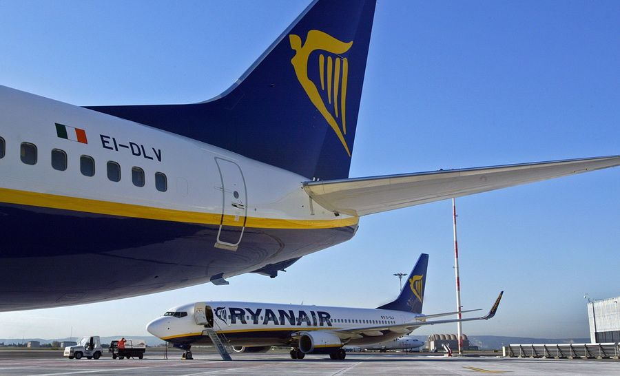 Cel mai mare operator low-cost din Europa face angajari in Romania. Cat poate ajunge sa castige o stewardesa