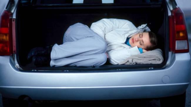 A stat ascunsa in portbagajul masinii de frica politistilor. Gestul extrem al unei soferite