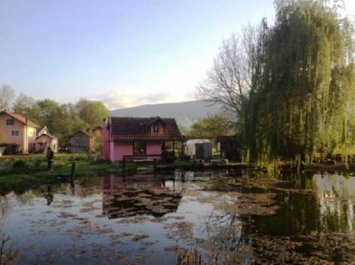 Imagini incredibile: ce s-a intamplat cu acest iaz din Bosnia in cateva zile. VIDEO