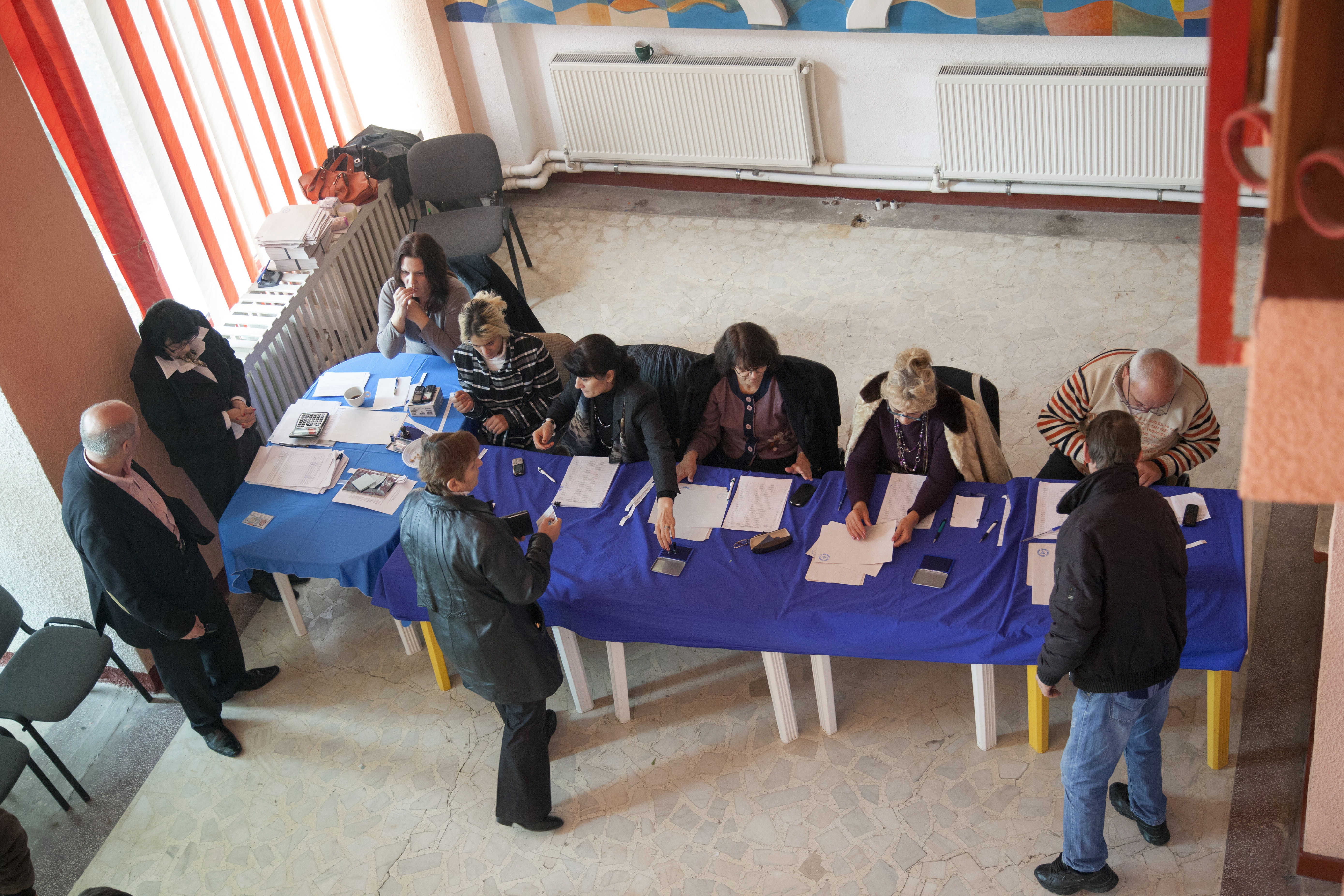 INCIDENTE ALEGERI PREZIDENTIALE 2014. Un sucevean a vrut sa voteze avand o copie a cartii de identitate lipita pe un carton
