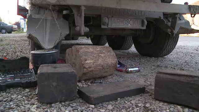 Accident grav in Arad. Politia a deschis o ancheta dupa ce o basculanta a cazut peste doi muncitori, veniti sa o repare