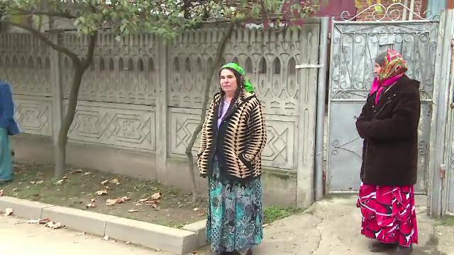 Surpriza pentru mascati, dupa o descindere la clanurile de romi din Strehaia: