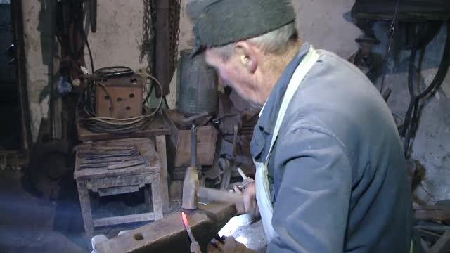 Dupa 70 de ani de fierarit, nea Miși e trist ca nu are cui sa-i lase mostenire atelierul.
