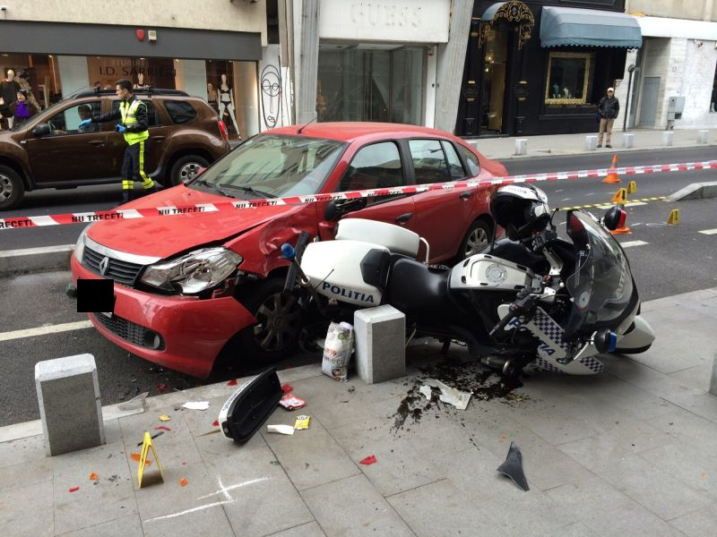 Accident in Capitala. Un politist, aflat pe o motocicleta, a fost ranit si dus la spital cu o ambulanta SMURD. FOTO