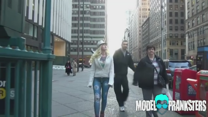 Experiment social inedit in SUA. O tanara s-a plimbat prin New York fara nimic pe ea de la brau in jos
