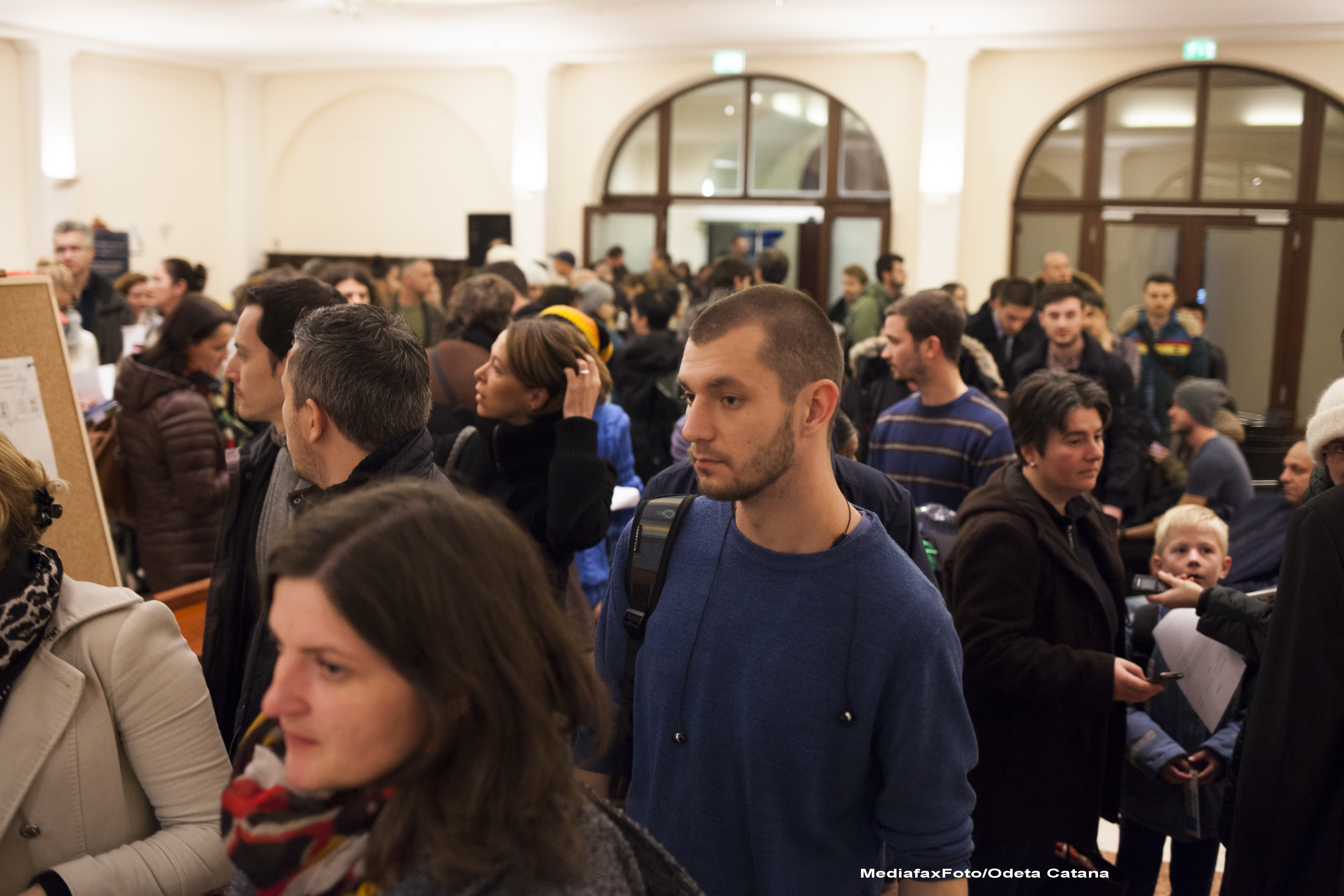 ALEGERI PREZIDENTIALE 2014. Peste 360.000 de voturi s-au inregistrat in diaspora pana la ora 23. Revolte la Paris si Torino