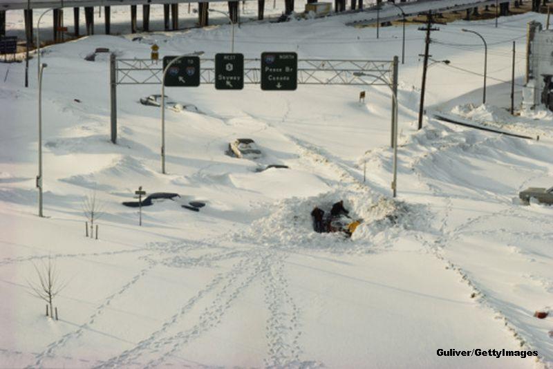 Orasul Buffalo, din SUA, ingropat in zapezi. Bilantul deceselor creste, iar meteorologii anunta ca ninsorile continua. VIDEO