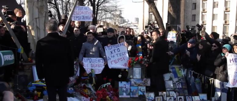 Petro Porosenko, huiduit la ceremonia revoltelor din Kiev de rudele victimelor. Joe Biden nici nu a coborat din masina. VIDEO