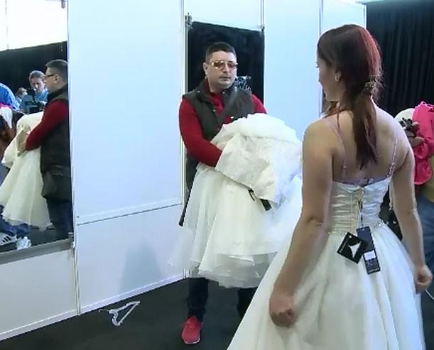 Sute de viitoare mirese au vanat cel mai mic pret pentru rochia perfecta, la targul cu reduceri de pana la 95%