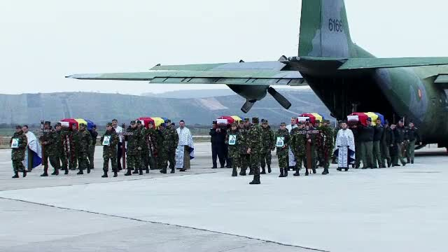 Ceremonie religioasa in memoria celor 8 militari morti in accidentul aviatic. Sicriele, date familiilor pentru inmormantare