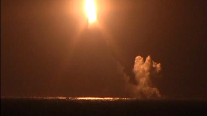 Armata rusa a testat cu succes o racheta intercontinentala Bulava, lansata de pe un submarin nuclear. VIDEO