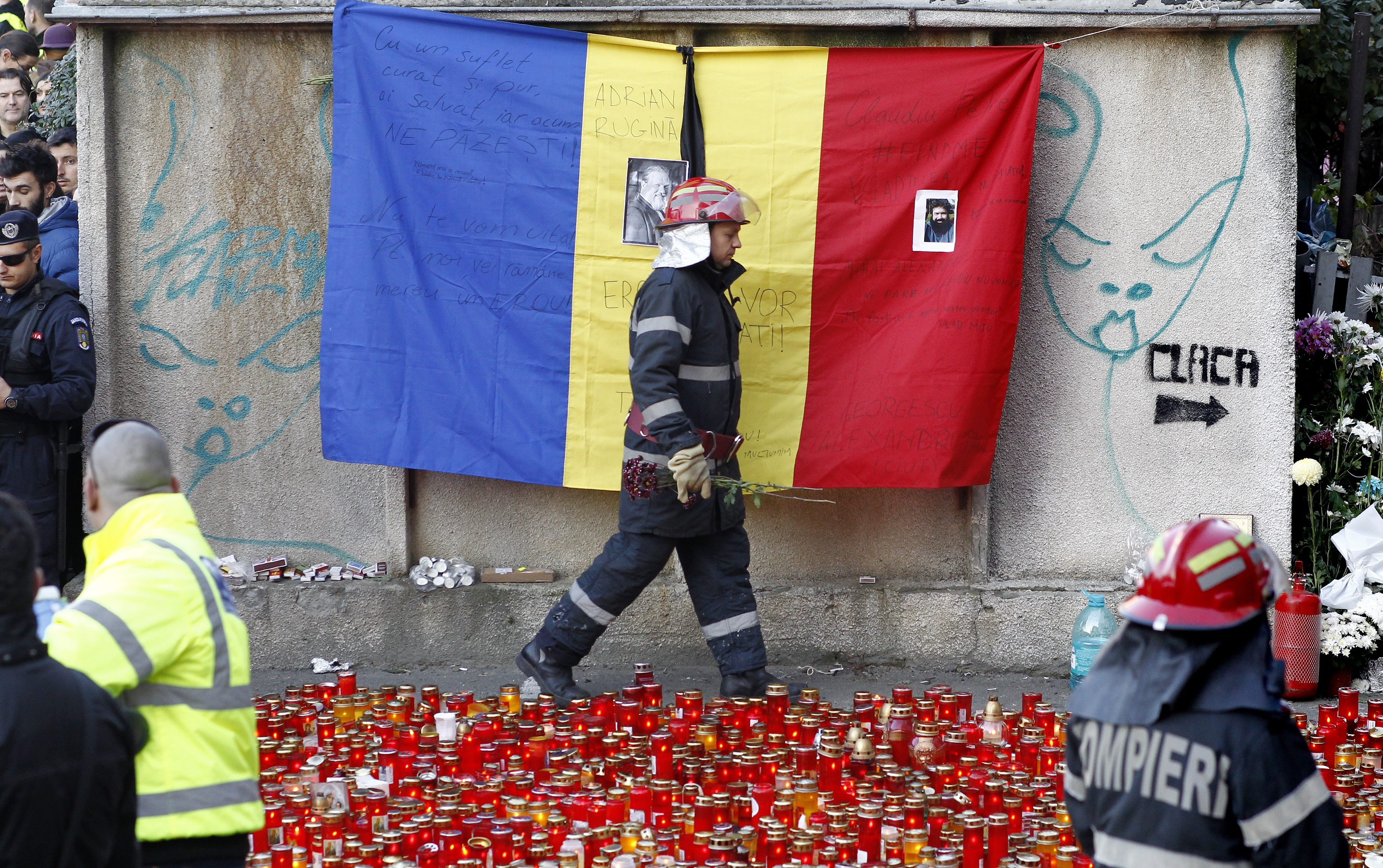 Associated Press: Romanii au plans, au injurat si s-au rugat duminica pentru victimele incendiului de la Club Colectiv