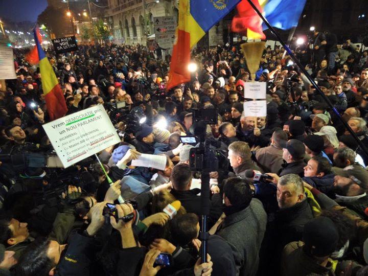 In a sasea zi de proteste, Klaus Iohannis a mers in Piata Universitatii si a stat de vorba cu oamenii. Ce le-a promis