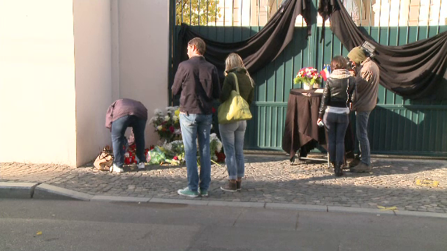 Romanii au aprins lumanari si depus flori, la Ambasada Frantei din Bucuresti. Adunarea de reculegere de la miezul zilei