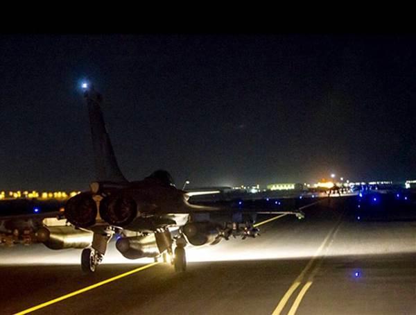 Franta raspunde atentatelor cu un bombardament masiv in Siria. Avioanele de lupta au distrus mai multe obiective ale ISIS
