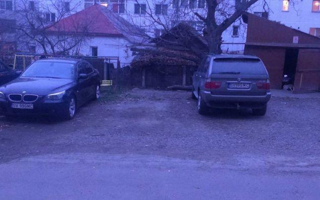 Un sofer si-a pus acelasi numar de inmatriculare pe ambele masini parcate in fata blocului. Ce spune Politia