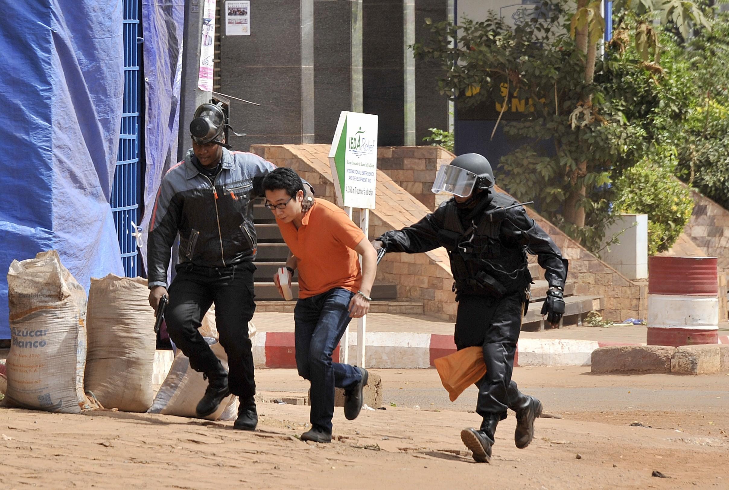 Autoritatile din Mali au arestat doi suspecti in atacul asupra hotelului Radisson, soldat cu 20 de morti