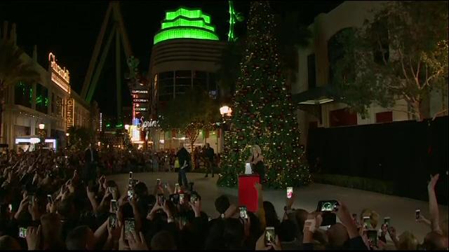Cum se pregateste Las Vegas-ul de Craciun. Britney Spears a aprins luminile unui brad inalt de aproape 10 metri